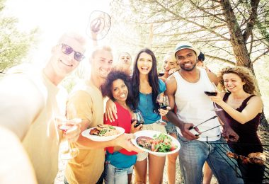 repas entre amis au camping