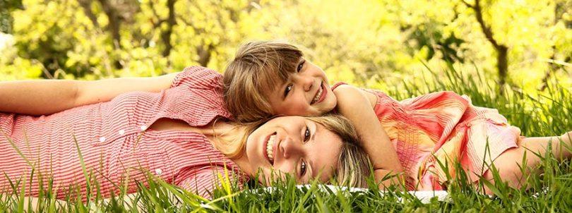 Une mère et sa fille couchées dans l'herbe